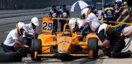 Fernando Alonso en una parada en boxes - SoyMotor.com