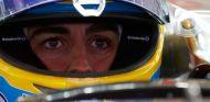 Fernando Alonso subido en el McLaren MP4-30 - LaF1