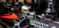 Fernando Alonso en el box de McLaren en Mónaco - LaF1
