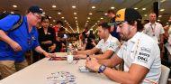 Fernando Alonso firma autógrafos en Singapur - SoyMotor