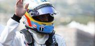 Fernando Alonso saluda al público tras abandonar en Mónaco - LaF1
