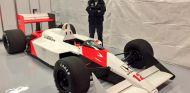 Fernando Alonso posando junto al McLaren MP4-4 - LaF1