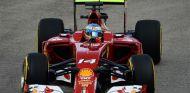 Alonso lidera los Libres 1 del GP de Singapur por delante de los W05