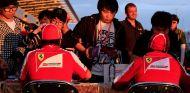 Felipe Massa y Fernando Alonso firman autógrafos de los tifosi - LaF1