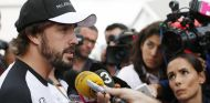Fernando Alonso atendiendo a la prensa - LaF1