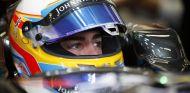 Fernando Alonso subido en el McLaren - LaF1