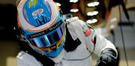 Fernando Alonso subiéndose al McLaren los test de Barcelona - LaF1