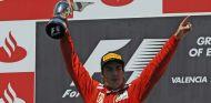 Alonso celebra su victoria en Valencia 2012 - SoyMotor