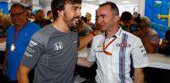Fernando Alonso y Paddy Lowe, en Hungría - SoyMotor