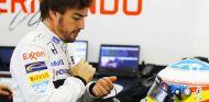 Alonso en el box del equipo McLaren - LaF1