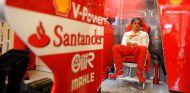 Fernando Alonso en el box de Ferrari y su F138 en el GP de Hungría