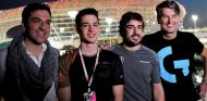 Fernando Alonso junto a Cem Bolukbasi (a su izq.) y Carlos Rodríguez, fundador de G2 – SoyMotor.com