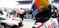 Fernando Alonso en los boxes de Le Mans – SoyMotor.com