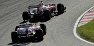 Fernando Alonso y Felipe Massa luchan en la pista de Suzuka - LaF1