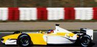 Fernando Alonso en el Renault de 2002 con decoración 'retro' – SoyMotor.com