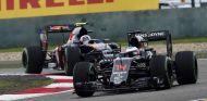 Fernando Alonso y Carlos Sainz en el pasado Gran Premio de China - LaF1