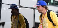 Fernando Alonso en su llegada a Silverstone –SoyMotor.com