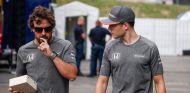 Fernando Alonso (izq.) y Stoffel Vandoorne (der.), los pilotos más sancionados - SoyMotor.com