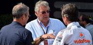 Gary Anderson conversando con Sam Michael en el paddock - LaF1