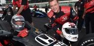 Susto de un invitado en un IndyCar biplaza con Andretti al volante