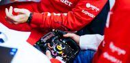 Sebastian Vettel sujeta el volante del Ferrari F2012 en el test de Fiorano - LaF1