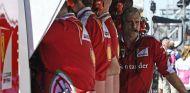 Arrivabene junto al muro de Ferrari durante un Gran Premio - SoyMotor