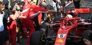 Maurizio Arrivabene celebra la victoria con Sebastian Vettel en Australia - SoyMotor.com