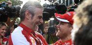 Maurizio Arrivabene festeja el triunfo con Sebastian Vettel - LaF1