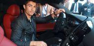 Cristiano Ronaldo a bordo de un deportivo de altas prestaciones