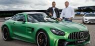 Tobias Moers con Lewis Hamilton y un Mercedes-AMG GT R - SoyMotor.com