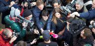 Lewis Hamilton rodeado de medios de comunicación durante los test de Jerez - LaF1