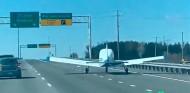 Una avioneta hace un aterrizaje de emergencia en una autopista - SoyMotor.com