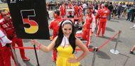 Azafata en el GP de Gran Bretaña 2015 - SoyMotor.com