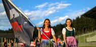 Azafatas con la bandera de la F1 en Austria - SoyMotor.com