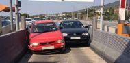 La imagen pone en contraste los malos procedimientos de los conductores en los peajes - SoyMotor