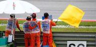Comisarios ondean la bandera amarilla - LaF1