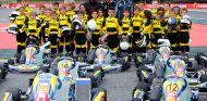 Lewis Hamilton, Fernando Alonso y Carlos Sainz con los pilotos de karting cadete en Barcelona - SoyMotor.com