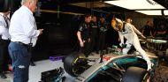 El delegado técnico de la FIA, Jo Bauer, y Lewis Hamilton en Spa-Francorchamps - SoyMotor.com