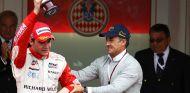 Jules Bianchi y Jean Alesi en el podio de Mónaco 2010 - LaF1