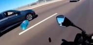 Le tira una botella a una moto en plena autopista, luego se justifica - SoyMotor.com