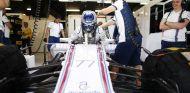 Valtteri Bottas saliendo del FW37 - LaF1.es