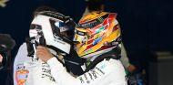 Hamilton felicita a Bottas tras su victoria en el GP de Rusia 2017 - SoyMotor