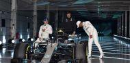 Valtteri Bottas, Toto Wolff y Lewis Hamilton en la presentación del W09 - SoyMotor.com