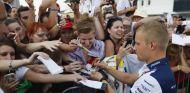 Valtteri Bottas firmando autógrafos a los aficionados húngaros - LaF1