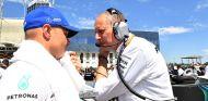 Valtteri Bottas y Tony Ross, ingeniero de carrera, en Hungría - SoyMotor.com