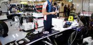 Valtteri Bottas en el interior de su box - LaF1