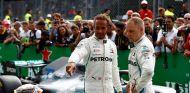 Lewis Hamilton y Valtteri Bottas conversan tras el GP de Italia - SoyMotor