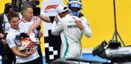 Abrazo entre Valtteri Bottas y Lewis Hamilton – SoyMotor.com
