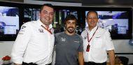 Éric Boullier, fernando Alonso y Jonathan Neale en Hungría - SoyMotor