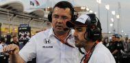 Éric Boullier y Fernando Alonso en Baréin - SoyMotor.com
